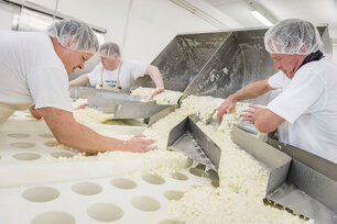 21 OEMA Kaeseherstellung.jpg